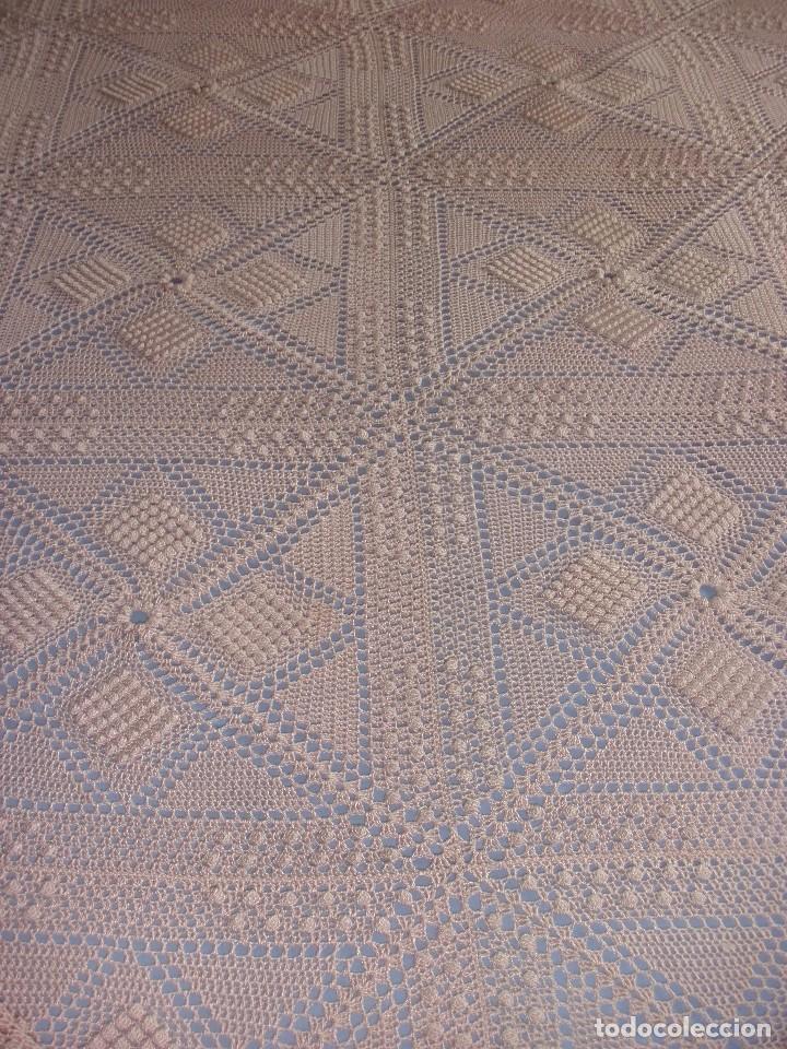 Antigüedades: PRECIOSA COLCHA ANTIGUA DE HILO REALIZADA A MANO COLOR SALMON 2,10 X 2,10 M - Foto 3 - 78952689