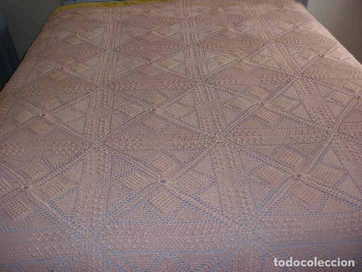 Antigüedades: PRECIOSA COLCHA ANTIGUA DE HILO REALIZADA A MANO COLOR SALMON 2,10 X 2,10 M - Foto 4 - 78952689