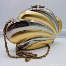Antigüedades: BOLSO VINTAGE TIPO CLUTCH, DISEÑO TIPO CONCHA EN METAL DORADO Y PLATEADO, FORRADO EN TERCIOPELO .. Lote 79074429