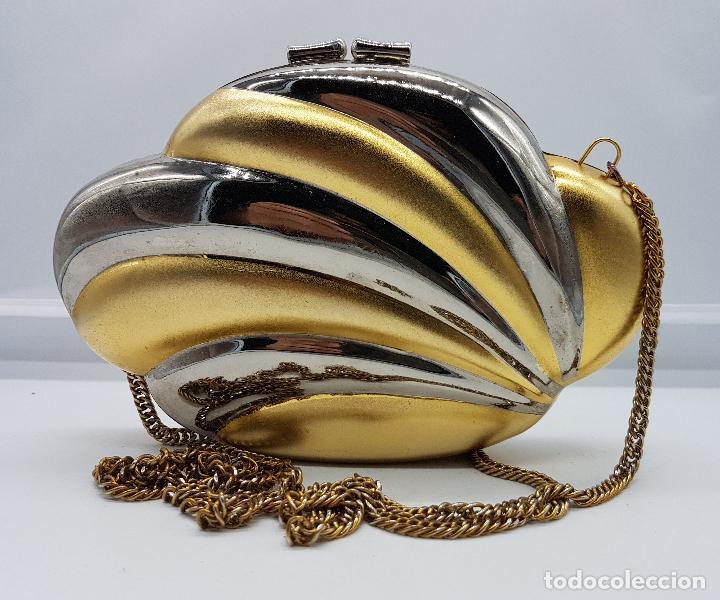 Antigüedades: Bolso vintage tipo clutch, diseño tipo concha en metal dorado y plateado, forrado en terciopelo . - Foto 2 - 79074429
