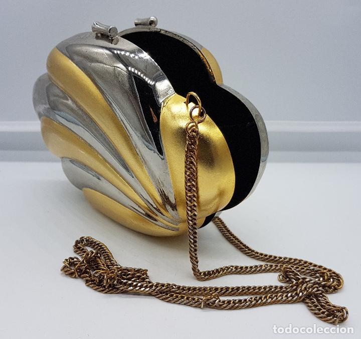 Antigüedades: Bolso vintage tipo clutch, diseño tipo concha en metal dorado y plateado, forrado en terciopelo . - Foto 3 - 79074429