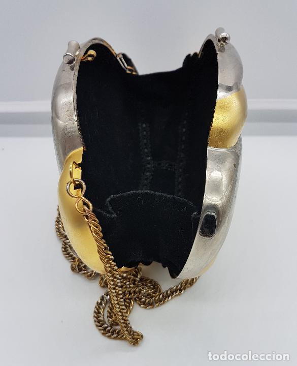 Antigüedades: Bolso vintage tipo clutch, diseño tipo concha en metal dorado y plateado, forrado en terciopelo . - Foto 4 - 79074429