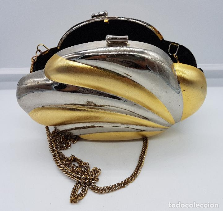 Antigüedades: Bolso vintage tipo clutch, diseño tipo concha en metal dorado y plateado, forrado en terciopelo . - Foto 5 - 79074429