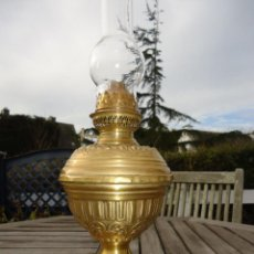 Antigüedades: PRECIOSA LAMPARA ANTIGUA EN LATON CINCELADO DEL SIGLO XIX PERFECTO ESTADO Y FUNCIONAL QUINQUE. Lote 79074477