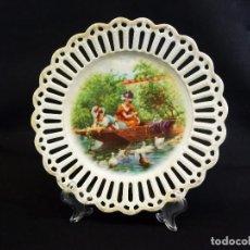 Antigüedades: BELLO PLATO DE ESCENA BUCÓLICA CON PERFILES CALADOS Y DORADOS - CA 1900 - 19CMS. Lote 79106809