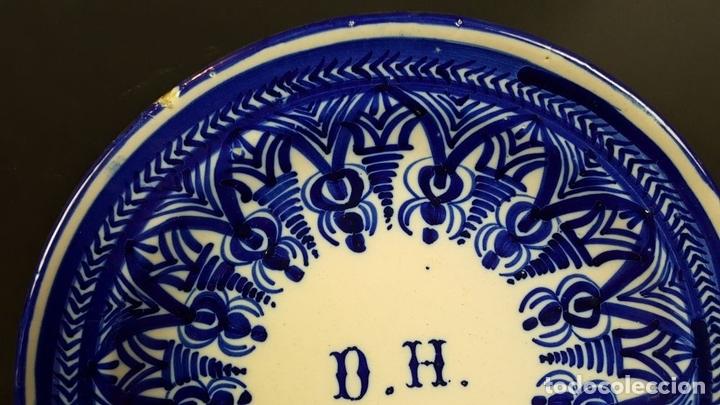 Antigüedades: PLATO EN CERAMICA. DECORACION COBALTO. INICIALES D.H. MANISES. SIGLO XIX-XX. - Foto 6 - 79204525