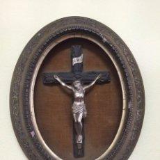 Antigüedades: CRISTO DE METAL PLATEADO CON BONITO MARCO DORADO S. XIX. Lote 79500665