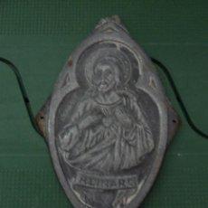 Antigüedades: PLACA CALAMINA IMAGEN SAGRADO CORAZON DE JESUS CON MENSAJE REINARE. Lote 79571101