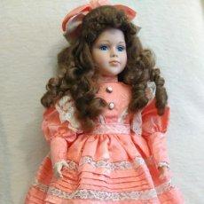 Muñecas Porcelana: MUÑECA DE PORCELANA NIÑA CON SOPORTE DE MADERA. Lote 79571845