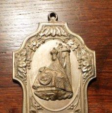 Antigüedades: ANTIGUA BENDITERA DE LATON Y ENVASE DE CRISTAL DE NUESTRA SEÑORA. LAS ANGUSTIAS DE GRANADA.. Lote 79833347