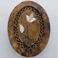 Antigüedades: BELLA CAJA ORIENTAL TALLADA EN PIEDRA JABON CON FLOR EN MARQUETERÍA DE NACAR. Lote 79614981