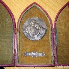 Antigüedades: ANTIGUO ALTAR CAPILLA DE VIAJE CON MEDALLA DE PLATA ? ESCULTOR RUFFONY AÑO 1934 JESUS Y APOSTOL. Lote 79671345