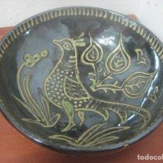 Antigüedades: PRECIOSO CENTRO DE MESA EN CERAMICA DE VILA CLARA - LA BISBAL PINTADA MANO Y FIRMADA EN LA BASE. Lote 79913253