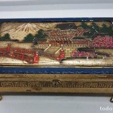 Antigüedades: COFRE ANTIGUO ORIENTAL MUSICAL EN CALAMINA CON MOTIVO PAISAJÍSTICO CHINO ESMALTADO A MANO .. Lote 79939565