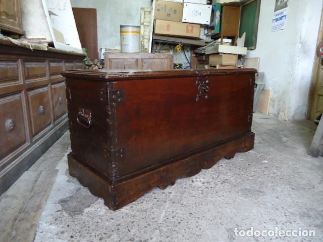 Antigüedades: Arcón S XVII, S XVIII, madera de Nogal, con herraje y pátina original. - Foto 2 - 79942221