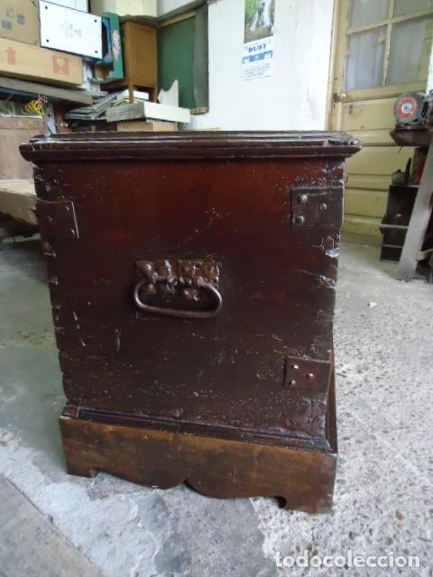 Antigüedades: Arcón S XVII, S XVIII, madera de Nogal, con herraje y pátina original. - Foto 3 - 79942221