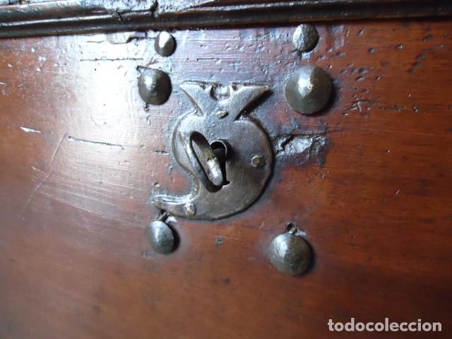 Antigüedades: Arcón S XVII, S XVIII, madera de Nogal, con herraje y pátina original. - Foto 5 - 79942221