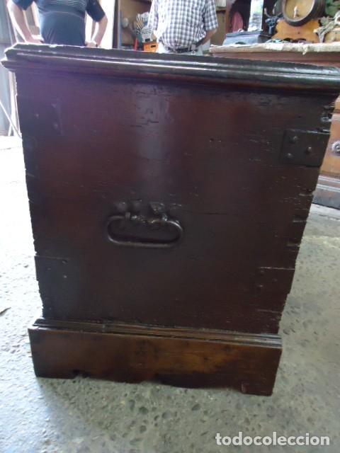 Antigüedades: Arcón S XVII, S XVIII, madera de Nogal, con herraje y pátina original. - Foto 10 - 79942221