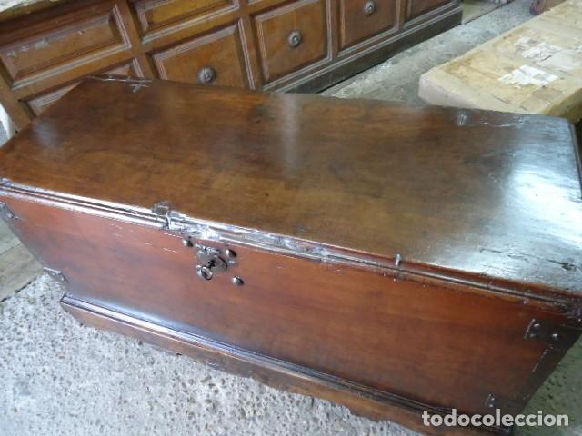 Antigüedades: Arcón S XVII, S XVIII, madera de Nogal, con herraje y pátina original. - Foto 11 - 79942221