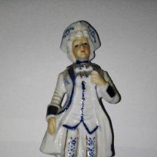 Antigüedades: PAREJA DE FIGURAS DE PORCELANA POLICROMADA. Lote 79957405