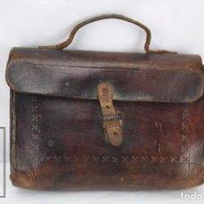 Antigüedades: ANTIGUA CARTERA DE ESCUELA PARA NIÑO - PIEL / CUERO REPUJADO - AÑOS 20-30. Lote 79977997