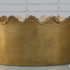Antigüedades: MAGNIFICO CENTRO DE MESA DE BRONCE CON RELIEVES EN LOS BORDES - GRANDES DIMENSIONES 38 X 27 CM . Lote 80029029
