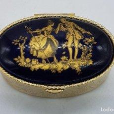 Antigüedades: CAJITA ANTIGUA OVALADA EN METAL DORADO CON GRABADOS Y MEDALLÓN PORCELANA LIMOGES CON MOTIVO DE EPOCA. Lote 80031837