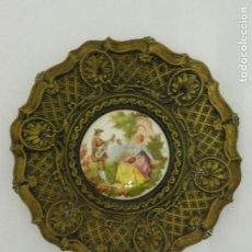 Antigüedades: PLATO DECORATIVO DE BRONCE CINCELADO 21CM DIAMETRO 9CM DE DIAMETRO PORCELANA 2 CM DE ALTO. F462. Lote 80073585