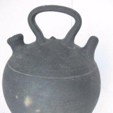 Antigüedades: TRADICIONAL BOTIJO CATALÁN DE CERÁMICA NEGRA DE VERDU,CON FIRMA DEL ALFARERO EN EL ASA.. Lote 80125501