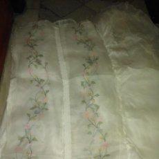 Antigüedades: ANTIGUA COLCHA DE ORGANZA BORDADA A MANO. Lote 80149025