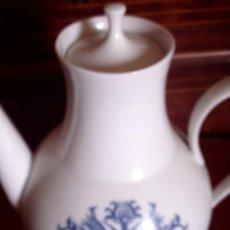 Antigüedades: CAFETERA / TETERA DE PORCELANA DECORADA EN AZUL CON PRECIOSO DIBUJO, SELLADA EN LA BASE BIDASOA. Lote 80209061