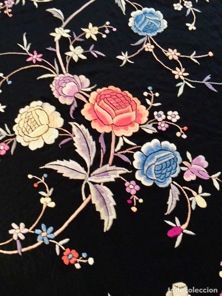 Antigüedades: Mantón de Manila antiguo bordado en seda a mano en fondo negro con flores de finales del s. XIX - Foto 2 - 80366473