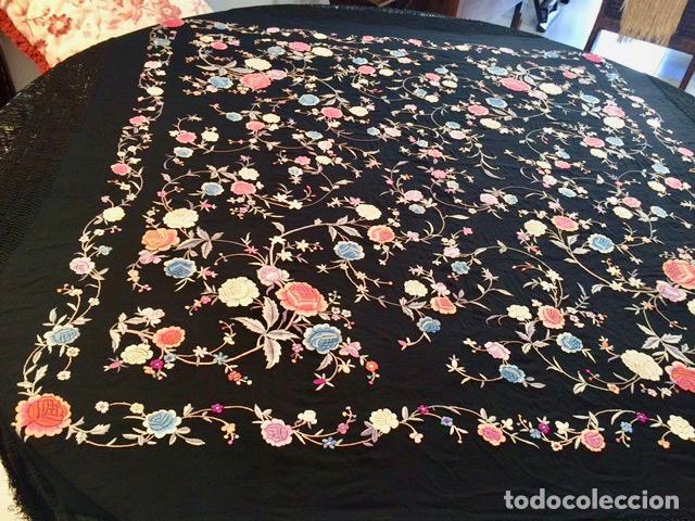 Antigüedades: Mantón de Manila antiguo bordado en seda a mano en fondo negro con flores de finales del s. XIX - Foto 3 - 80366473
