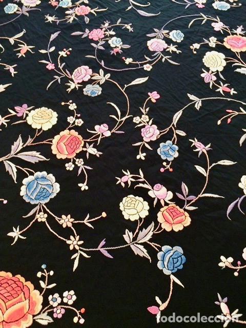 Antigüedades: Mantón de Manila antiguo bordado en seda a mano en fondo negro con flores de finales del s. XIX - Foto 5 - 80366473