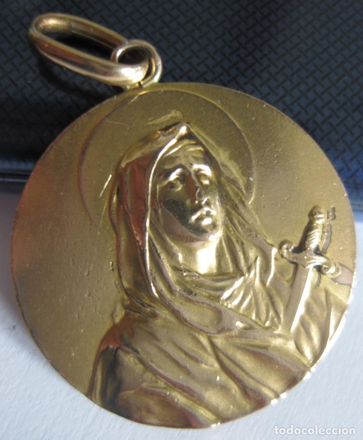 PRECIOSA MEDALLA EN METAL CON BAÑO DE ORO, EN BAJORRELIEVE, VIRGEN DOLOROSA, SIGLO XIX (Antigüedades - Religiosas - Medallas Antiguas)