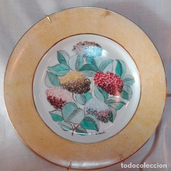 PRECIOSO PLATO DE CERÁMICA PINTADO A MANO, FIRMADO DELANTE M. VERGÉS (Antigüedades - Porcelanas y Cerámicas - Otras)