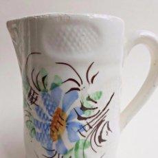 Antigüedades: JARRA DE LOZA BLANCA CON FLORES CIRCA 1900. Lote 80536597