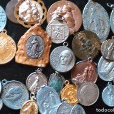 Antigüedades: GRAN LOTE DE MEDALLAS RELIGIOSAS ANTIGUAS. ALGUNA EN PLATA. BAÑO ORO AL MERCURIO ALUMINIO META .... Lote 80581038