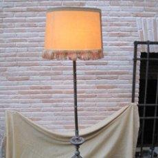 Antigüedades: LAMPARA DE PIE ANTIGUA - METALISTERÍA REPUJADA EN LATON. TOLEDO - PPIOS. SIGLO XX.. Lote 80606734