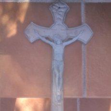 Antigüedades: PRECIOSO CRUCIFIJO DE METAL - 43 X 23,5 CM - SIGLO XX - JESUCRISTO. CRISTO. CRUZ. Lote 80620450