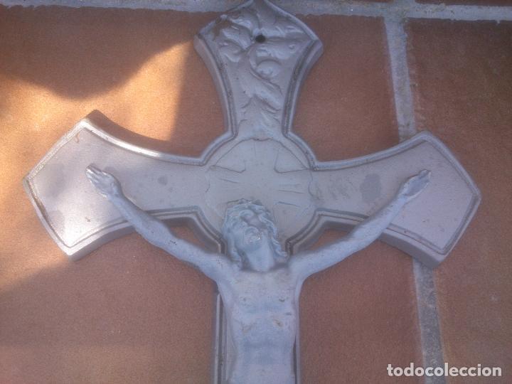 Antigüedades: Precioso crucifijo de metal - 43 x 23,5 cm - Siglo XX - Jesucristo. Cristo. Cruz - Foto 3 - 80620450