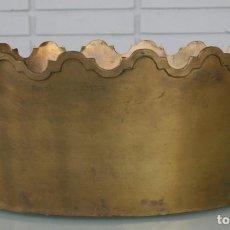 Antigüedades: MAGNIFICO CENTRO MESA PORTAOBJETOS... BRONCE RELIEVES EN LOS BORDES – 31 X 23 CM – DECORACION. Lote 80652790