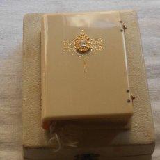 Antigüedades: MISAL ANTIGUO SIGLO XX AÑO 1950 CON CAJA ORIGINAL ILUSTRCIONES COLOR. Lote 80701506