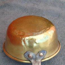 Antigüedades: CAZO GRANDE DE BRONCE, CON MANGO DE HIERRO. Lote 80702150