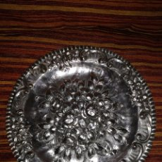 Antigüedades: PRECIOSO PLATO EN PLATA REPUJADA DEL 1.700, REY JORGE III.. Lote 80717986