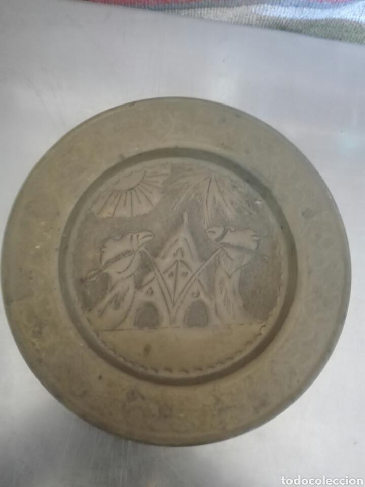 PLATO LATON COLGAR (Antigüedades - Hogar y Decoración - Platos Antiguos)