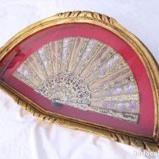 Antigüedades: PRECIOSA Y ANTIGUA ABANIQUERA Y ABANICO MADERA PAN DE ORO 197,00 €. Lote 80814559