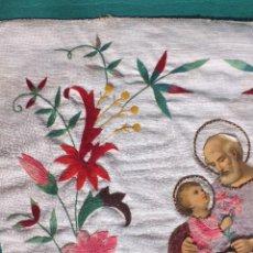 Antigüedades: SAN JOSÉ CON EL NIÑO JESÚS ANTIGUO BORDADO RELIGIOSO SOBRE PAÑO Y ESTERILLA. Lote 80862391