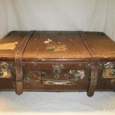 Antigüedades: ANTIGUA MALETA DE PIEL. CON PEGATINAS DE DIFERENTES HOTELES. Lote 80863859