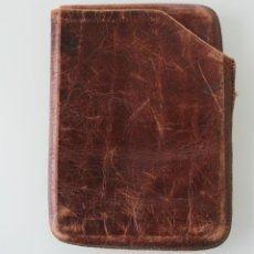 Antigüedades: TABAQUERA PARA METER TABACO DE LIAR EN PIEL AUTENTICA - MUY ANTIGUA VINTAGE AÑOS 40 50. Lote 80869519